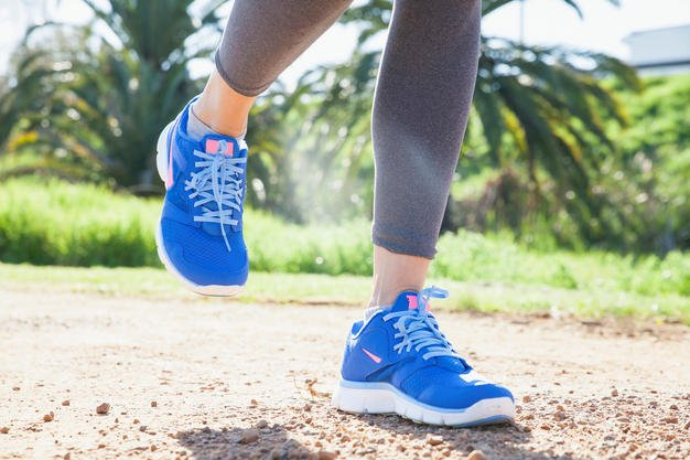 ¿Por qué no es bueno correr una carrera con tenis nuevos o ropa?