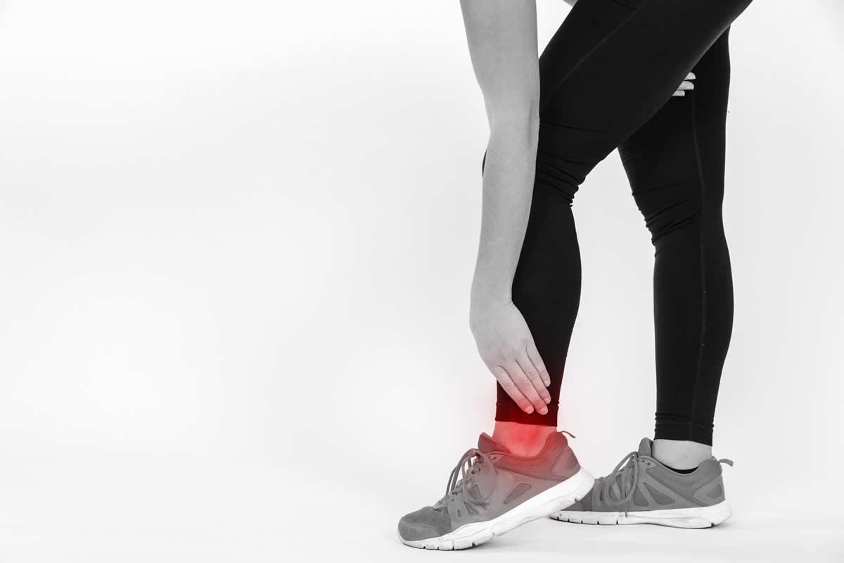 masaje para el esguince o torcedura de tobillo