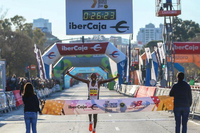 Kipruto bate el récord mundial de 10K en Valencia con 26 24 a 2'38 el km