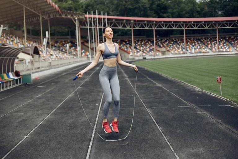 Beneficios de saltar la cuerda, actívate en casa y mantente en forma