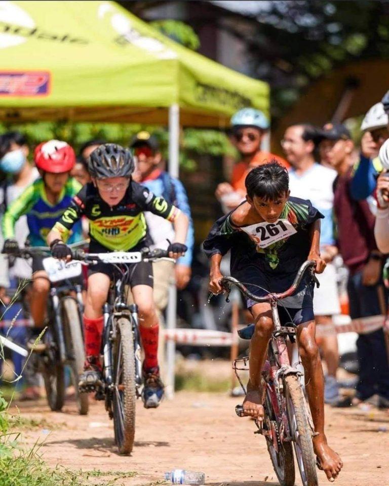 Viral: fotografía del joven ciclista sin equipo liderando una competencia
